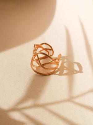 filigraner designer ring. ring design by Laura Spilker. goldring. verschnörkelter ring. offener Ring.