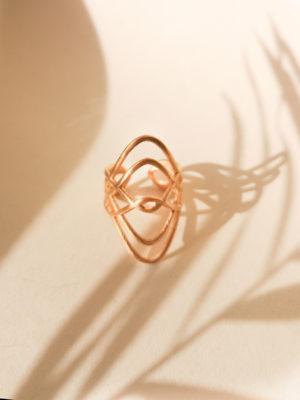 Designer Ring. Statement Ring gold. goldring. großer Ring. Geschwungenes Design. geschwungener Ring.