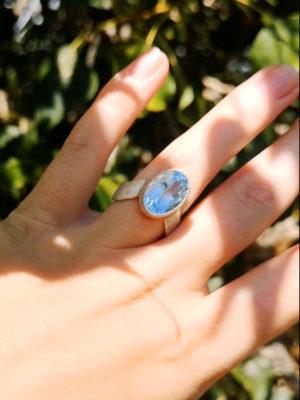 Designer Ring mit großem facettierten Stein