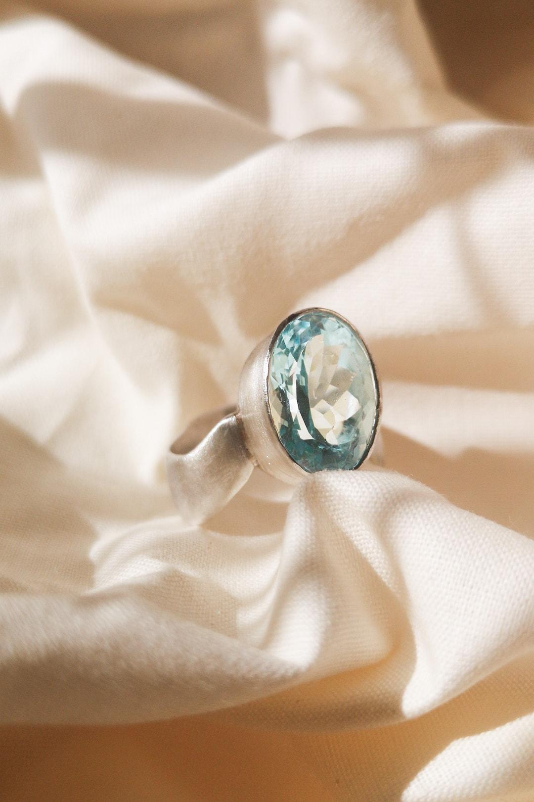 Ring mit blauem Stein, designerring